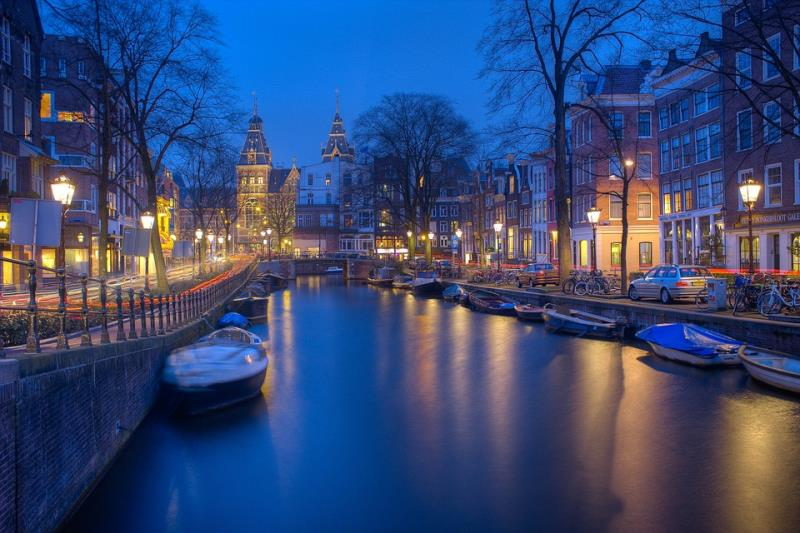 Amsterdam: the city with a thousand windows